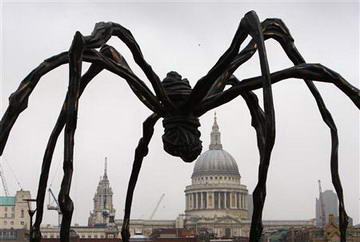 Maman - Sculpture by Louise Bourgeois at The Tate Modern Art Gallery