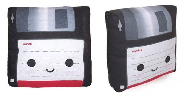 Read more about the article Mini Floppy Disk Pillow