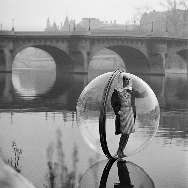 """Read more about the article Retro Photography Featuring Models """"Floating"""" in Plastic Bubbles"""