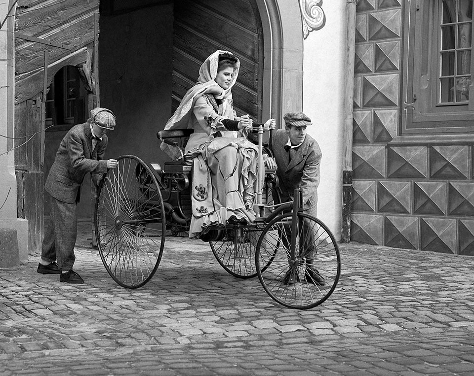 Read more about the article Bertha Benz Driving the Benz Patent-Motorwagen