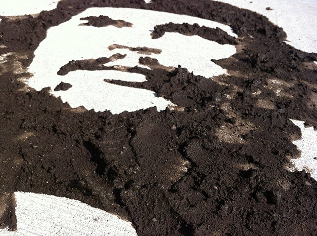 Read more about the article Ephemeral Che Street Art Made With Mud