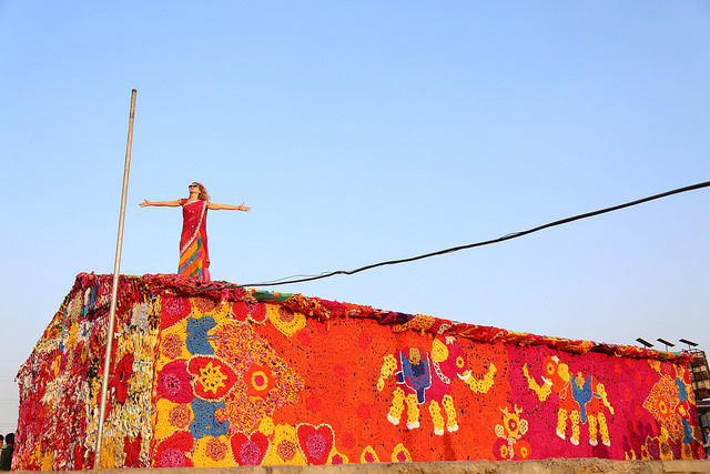 Read more about the article Olek Beautifies Homeless Shelter with Colorful Crocheted Yarn